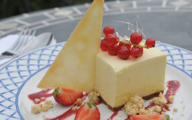 Cheesecake with strawberries and red currents